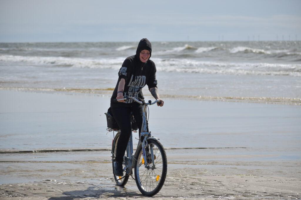 mit Fahrrad am Strand entlang